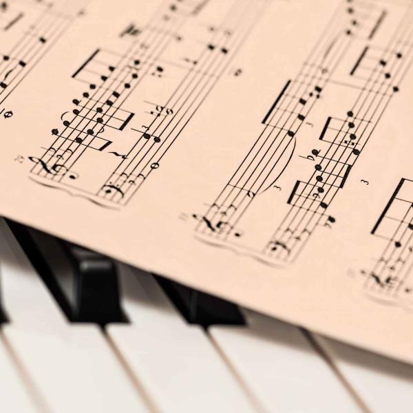 Photo d'une partition sur un clavier de piano